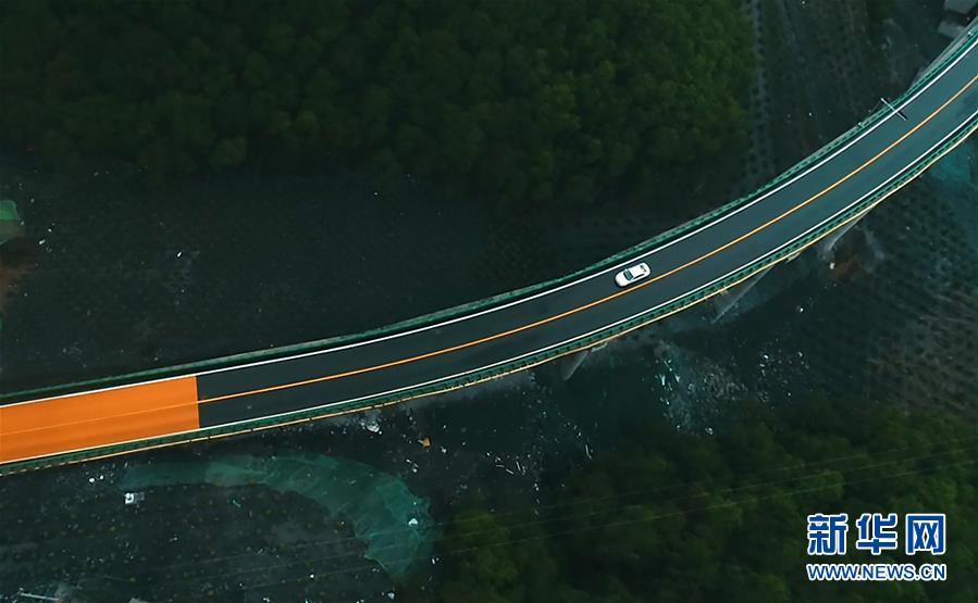 6月11日,一辆汽车在青海省扎隆沟至碾伯镇公路上行驶。 新华社记者 张宏祥 摄